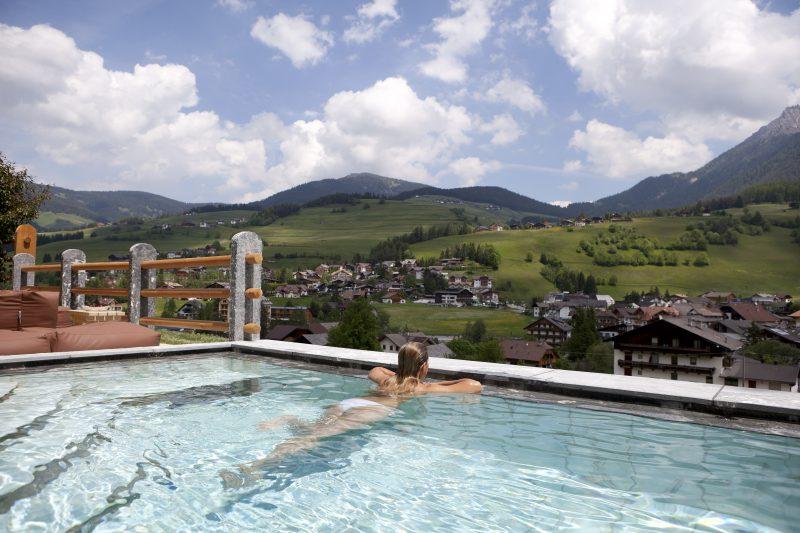 Spanorama sulle vette piscine all 39 aperto agoranews - Hotel con piscine termali all aperto ...