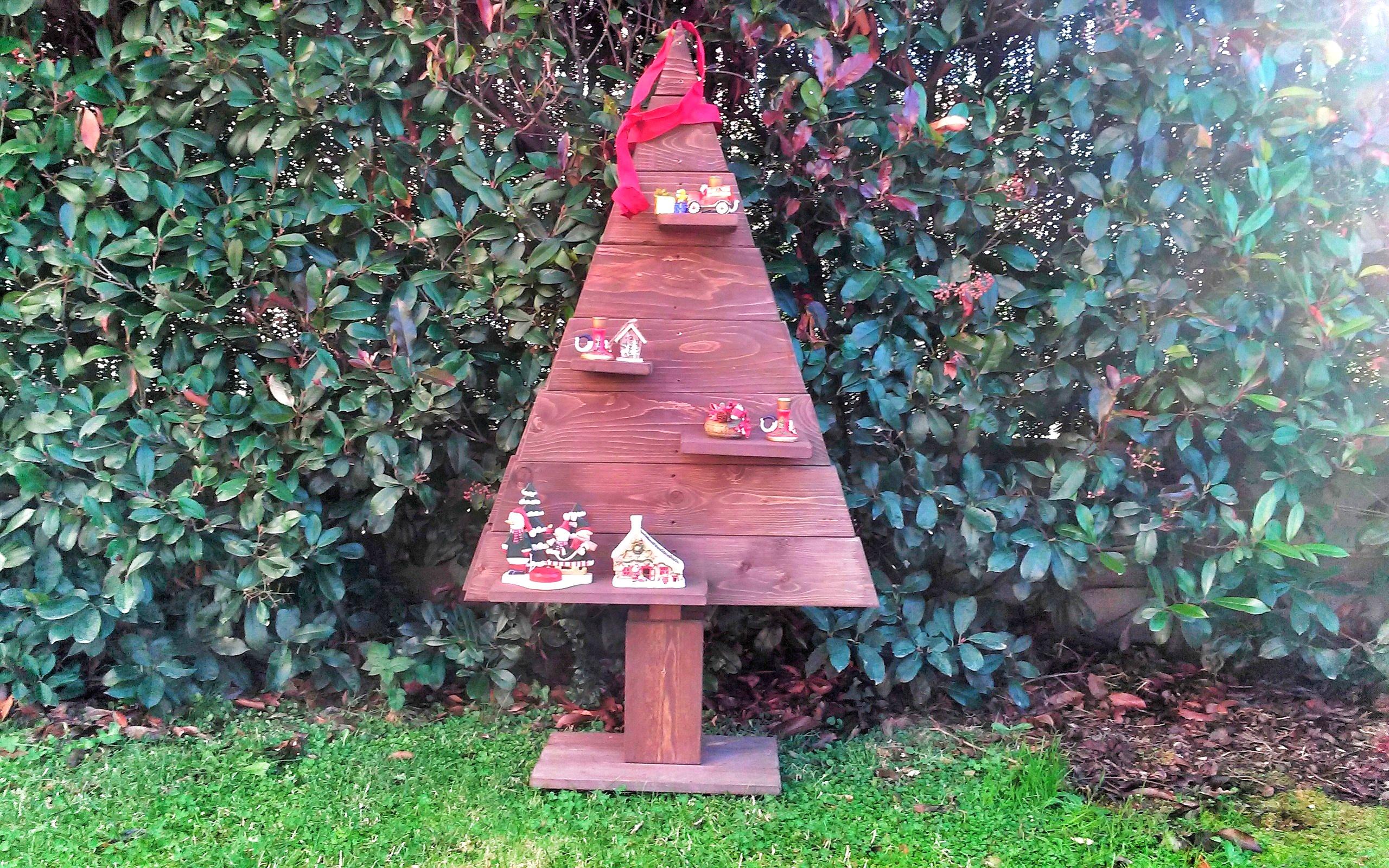 Albero di natale con mensole in legno di riuso Xlab